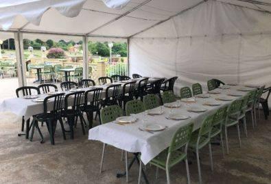 Chapiteau - Tables dressées sous un chapiteau