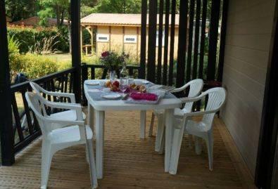 Terrasse - Une terrasse couverte équipé d'un salon de jardin