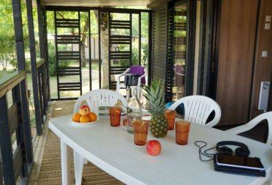 Terrasse couverte - Une terrasse couverte avec salon de jardin