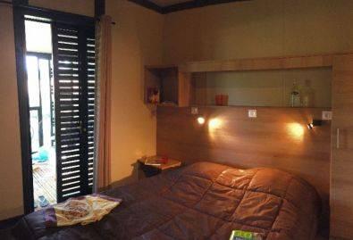 Chambre parents - Une chambre avec lit double