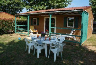 Salon de jardin - Le chalet est équipé d'un salon de jardin pour 6 personnes
