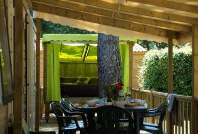 Salon de jardin - Une terrasse semi-couverte équipée d'un salon de jardin