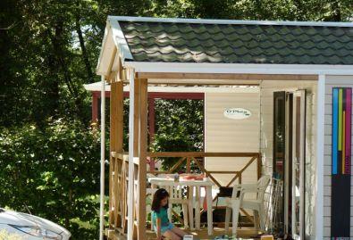 hébergement - mobile home avec salon de jardin et barbecue